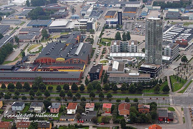 Ett företag från Stockholm ringde mig under min havskajak tur och ville ha en flygbild över högskolan i Halmstad...spana in röran av byggnader...villket tillhör högskolan??