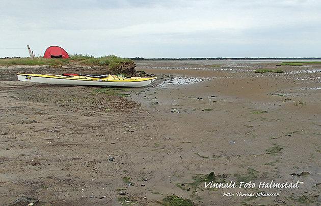 Här väntar jag på högvatten, där kajaken ligger blir efter några timma vatten att flyta på.
