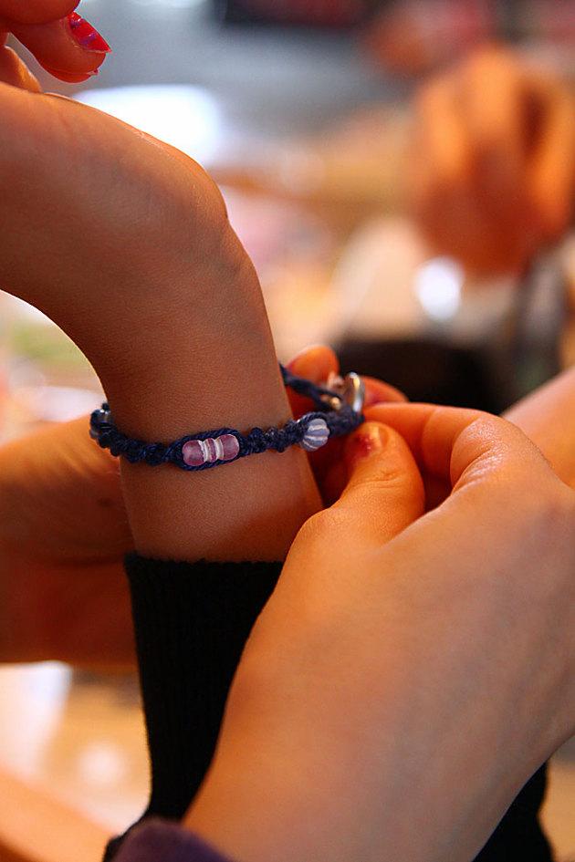 Montering av ett nytillverkat armband..