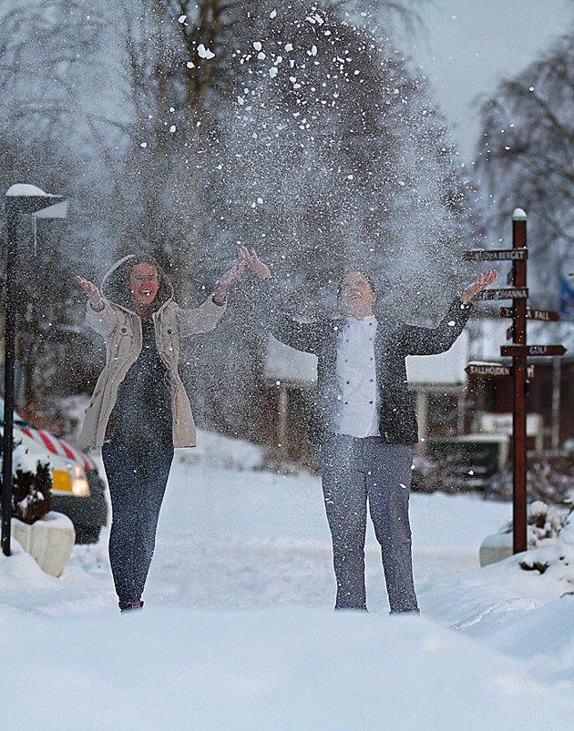 Lurade ut några från personalen i samband med att jag fixade elen till Tallhöjdens julgran för en snöyra bild.