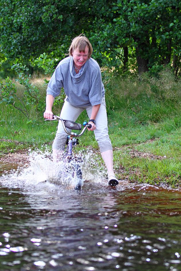 Mamman drog med cyklen rätt ut i vattnet....påverkan från fotografen...ni som känner mig vet...ni andra kan fundera!