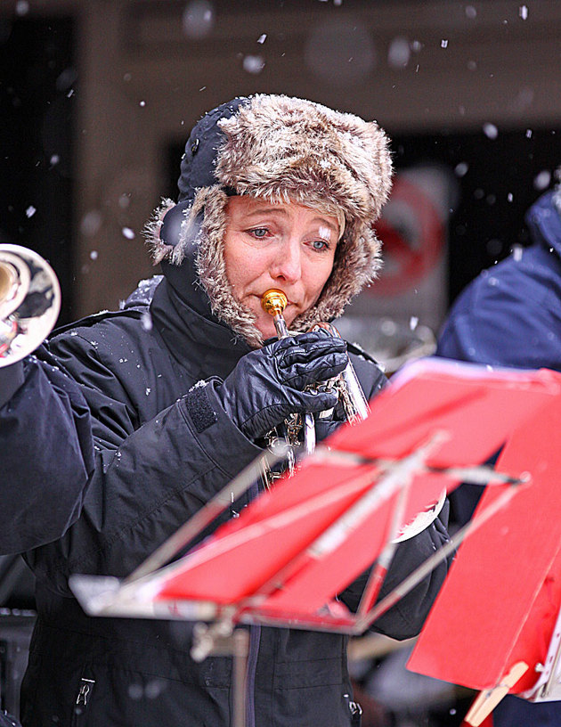 En musiker i Halmstads Brass när dom spelade i snöyran på Halmstads gator innan Jul