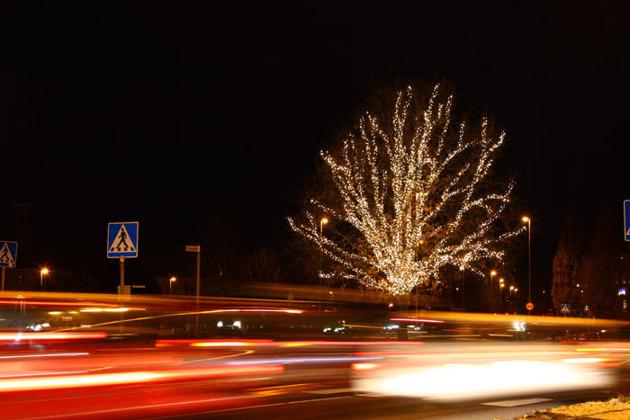 Trädet i rondellen är nytt för i år. 10800 lysdioder. Kul effekt med bilarna som kör när man fotograferar med långa slutartider.