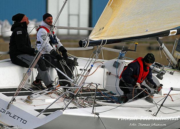 """Farr 30 International One Design är mest känd som Mumm 30 vilket klassen hette från 1995 - 2009. Det är en strikt entyps offshore racer kontruerad av Bruce Farr 1995. På bilden är det Farr 30 """"Letto Di Pletto"""" från Halmstad."""