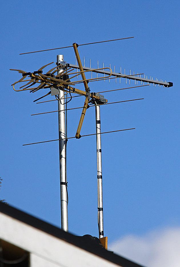 Mina taknockar är belamrade med diverse antenner..här vanlig TV antenn och en riktantenn för mobiltelefonen...ingen mobilnätsleverantör har förstått att det bor folk här ute.
