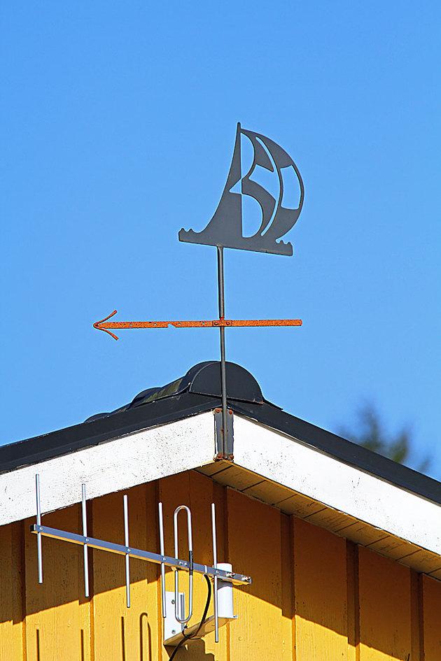 Klart man har en vindvisare på taket...på seglarvis. Antennen är för mitt bredband.