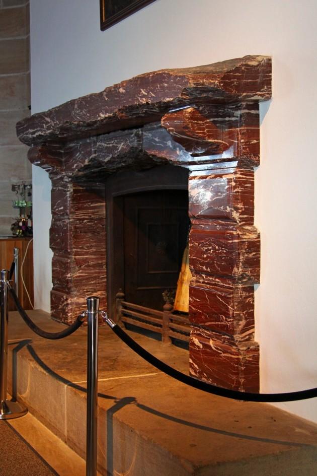 """Den öppna spisen byggd i """"Carrar-marmor"""" är en present från Italiens dåvarande ledare Mussolini!!"""