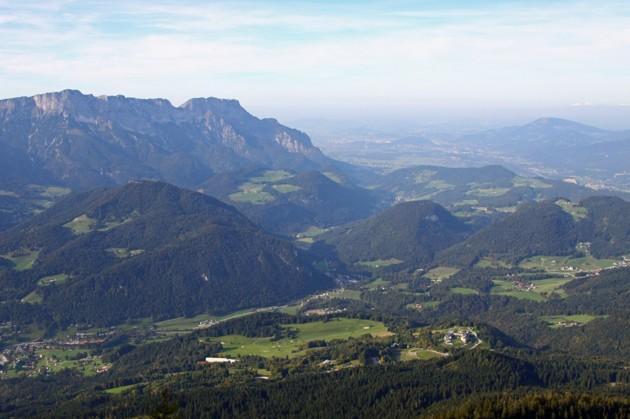 """Tar man en kall pilsner här uppe så ser man även """"Untersberg"""" 1972 m.ö.h och till höger nere i dalen ser man Salzburg Österrike."""