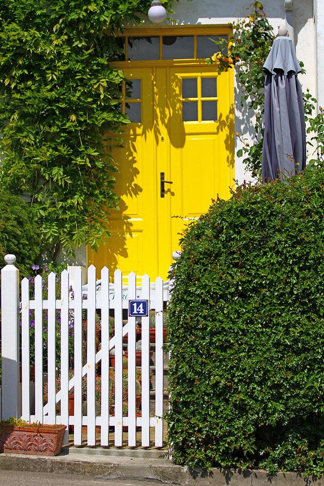 """Huset är helt i vitt med en """"Pippigul dörr""""...läckert."""