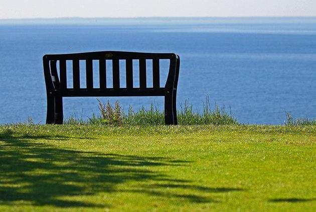 Man stryker Mölles golfbana på vägen dit och blir man trött är där bänkar med en fantastisk utsikt lite här och var