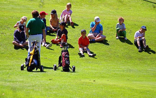 Man kan sen gå vägen tillbaks och passerar då Golfklubben