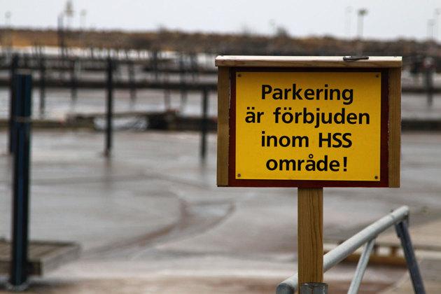 Vi medlemmar på HSS väntar en större utgift på hamnanläggningen. Varför inte plocka ned denna skyllt och tillåta parkering på isen vintertid för shoppande Halmstadsbor..en nätt avgift?