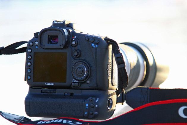Fullkomligt perverst med knappar på min Canon EOS 7D men här kan jag snabbt ändra vitbalans, ISO ,bildstil, matningsmetod mm. Dessutom klarar kameran 8 bilder/sek villket är bra vid segling/sportfotografering. Enklare kameror får man leta i menyn för dessa inställningar. Fotograferar man ex en betald porträttsession vill man kunna göra inställningar snabbt.