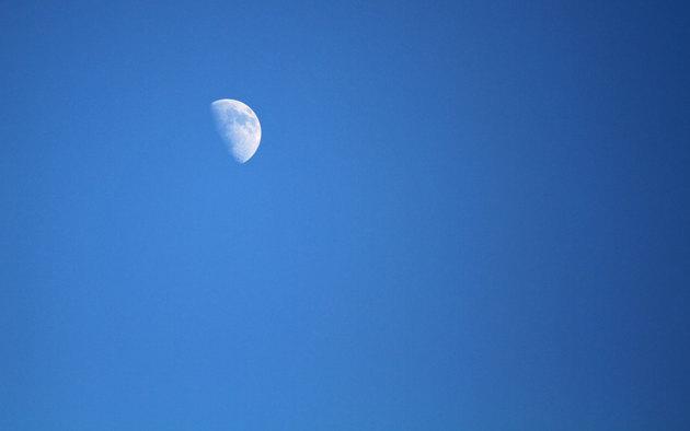 Till och med månen har piggnat till..lyser mitt på dagen!!