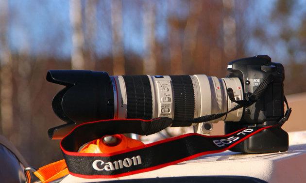 Hur många fotoväskor kan man stoppa ned en kamera så här..klar för fotografering. ska man fibbla med motljusskydd mm vid ett rundningsmärke lär man missa många bra bilder.