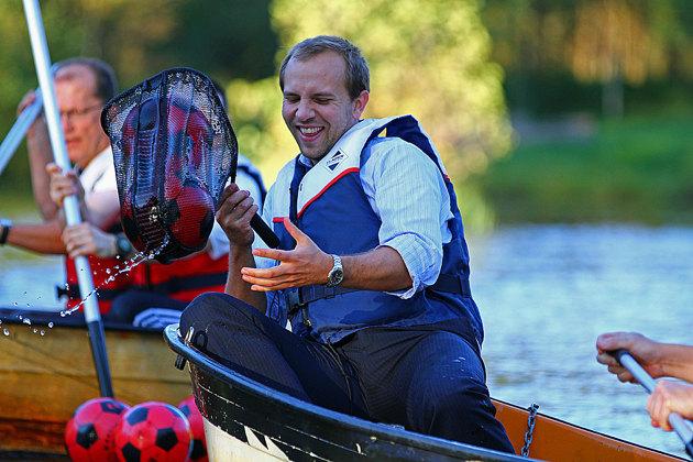 Grejen är att fånga bollar ute på sjön i båtar.