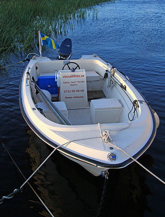 """En båt kan vara bra att ha. I detta fall en gammal Uttern 4500 som gör i runda slängar ca 20 knop. till den har jag även en trailer. En """"Ribb"""" skulle vara optimalt men ack så dyra!!"""