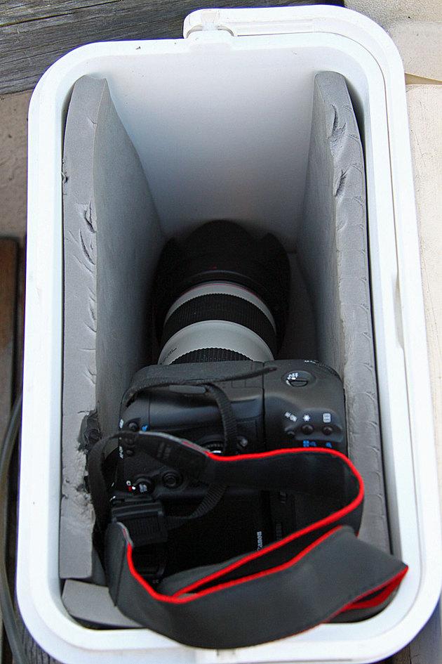 En kylväska för en hundring på Jula och som jag isolerat med liggunderlag håller kameran torr vid transporter på havet.