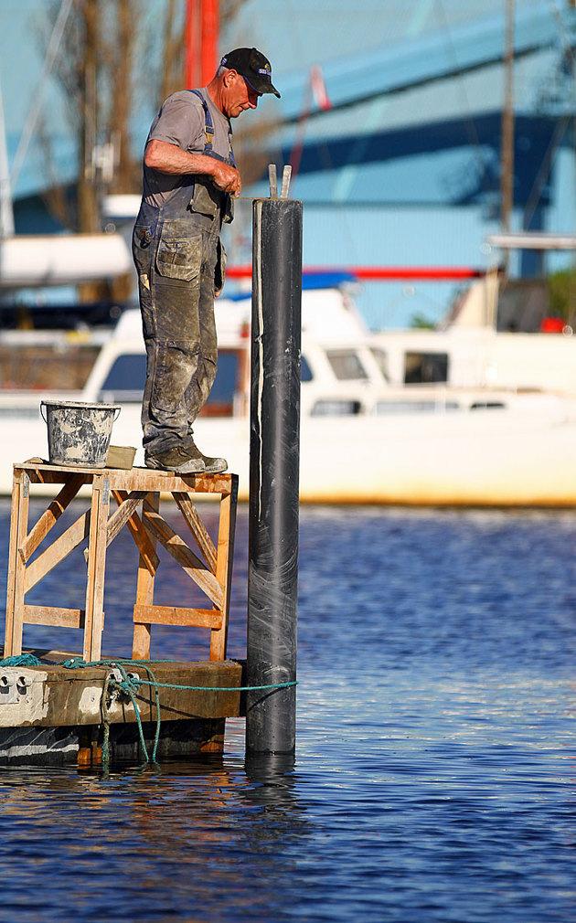 """Goa gubbar """"Pål & Kaj AB""""....som renoverar hamnen,pallen ja..ingen sjögång i hamnen denna kväll"""
