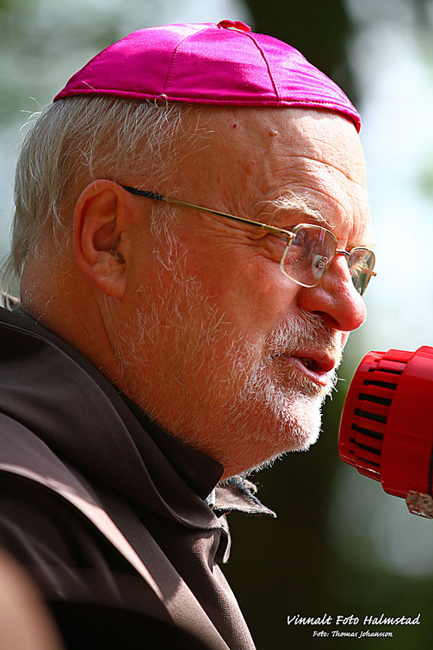Sveriges enda katolska biskop Anders Arborelius hött ett tal innan vandringen...