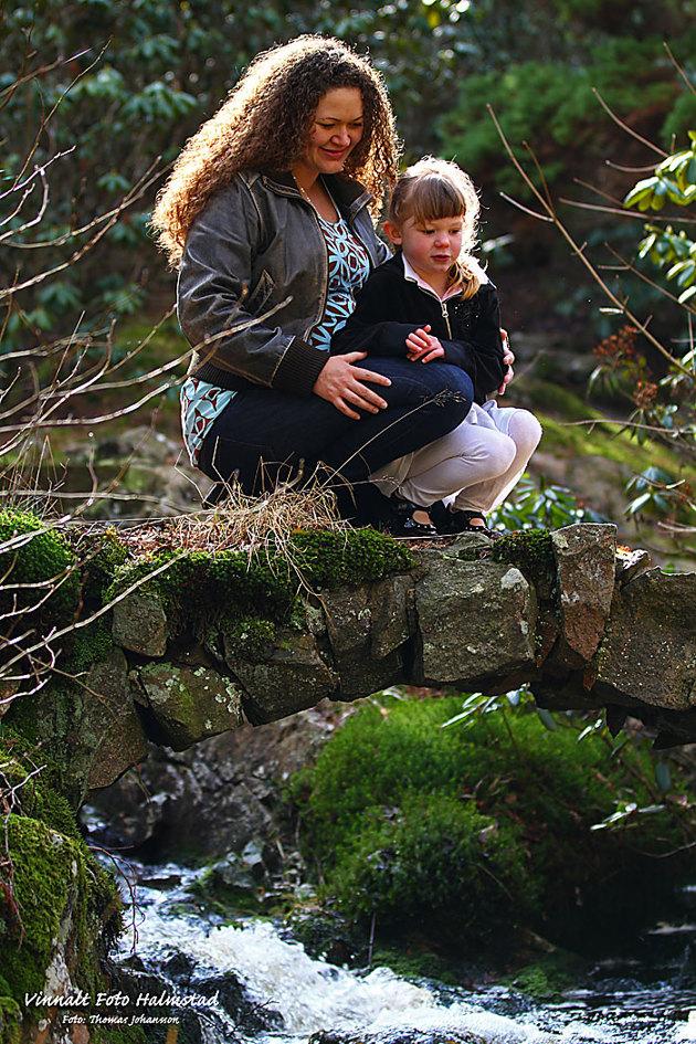 En gravid kvinna med sin lilla dotter vid en porlande vårbäck... är ni fortfarande för photoshoppade studiobilder??