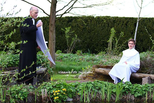 """Präster är utmärkta assistenter...här en """"behind the scenes"""" bild"""