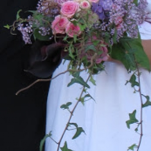 brudbykett i lila toner