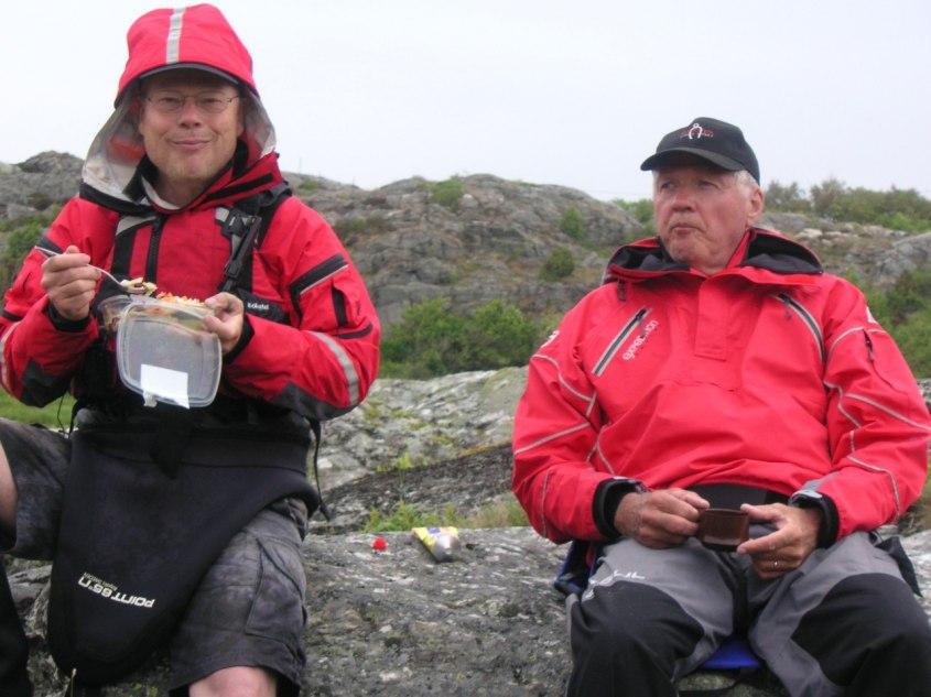 Fika eller var det lunch? På Skaftölandet vid Rågårdsvik. Ulf och Anders