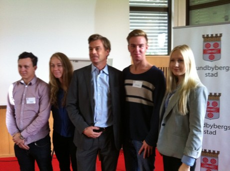 Michael Wolf omgärdad av unga entreprenörer kallade av Ung Företagsamhet, nämligen fr v Tintin Karlberg och Sara Ångström samt th Johanna Lundgren och Patrick De Meijere.  Ungdomarna fick tillfälle ställa frågor efter anförandet