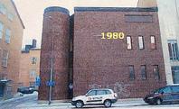 P6, Vasagatan 2B. Telestationsbyggnaden från 1980 är helt avvikande från övriga byggnader. Till vänster om detta hus, mellan telestationen och byggnaden Vasagatan 4, kommer Signalfabrikens garagenedfart att ligga och ovan den byggs lägenheter.