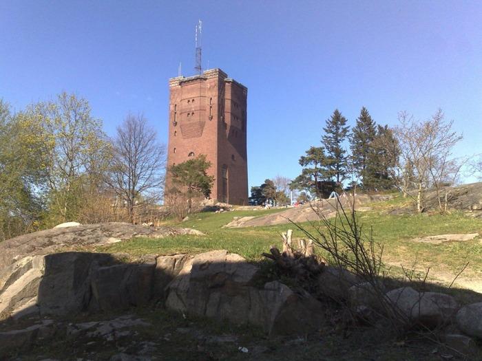Det vackra granitkrönet på tornet syns bra ovan. Bild: mittsundbyberg.se