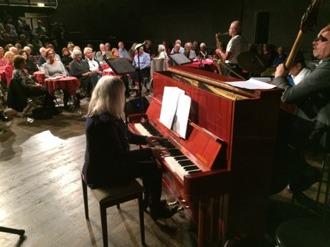 Monica Dominique vid pianot och Husbandet