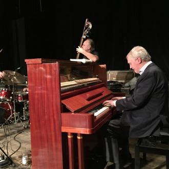 """Pelle Larsson, piano,""""vickar"""" för Robert Malmberg."""