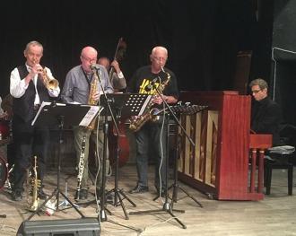 Blåssektionen: fr v Thomas Driving, trumpet, Olle Franzén, altsax, och Per Norlén, tenorsax. Robert Malmberg vid pianot.