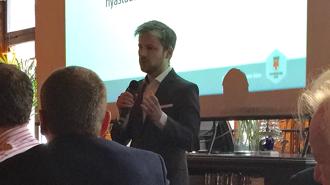 Styrelseordföranden Mikael T Eriksson (M) informerar och besvarar frågor vid frukostmötet den 17 februari 2016. Han passade på att nämna bla om Sommarjobb - ej för niorna i år! - och om nya  Näringslivskommittén.