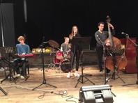 Fr vänster David Stener, piano,  Hugo Jonsson, trummor, och Andreas Grönberg, bas. I front Sara själv.