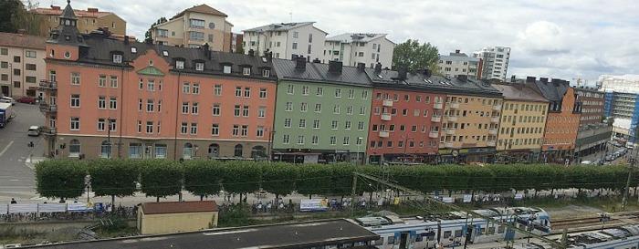 Vy över Landsvägen från Tipstjänsts takterrass. Foto mittsundbyberg.se. Gjuteribacken upp till Alby till vänster. Till höger längst bort syns Banken i renoveringsskrud. Kv Bageriet med arkaden närmast Banken.