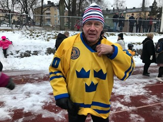 """Anders Hedberg.  Denna enastående ishockeylegendar är också en utomordentligt trevlig och öppen person att möta. Anders menar att spontanidrott kräver tillgänglighet för omedelbar aktivitet. En bana måste ligga nära i stadsmiljön om man ska komma sig för med att gå och """"röra på sig"""". Särskilt gäller det för barn och ungdom att få tillfälle att spontanidrotta, träffa andra likasinnade, göra gott för egen hälsa, skap livsstil och få vänner. På bilden från invigningen ser vi Anders i Tre Kronors tröja. Han spelade 100 landskamper för Sverige! Anders har spelat i WHL och NHL, i Winnipeg och NY Rangers och tillsammans med den andre legendaren på plats, Ulf """"Lill-Pröjsarn"""" Nilsson. I oktober hyllades de båda i Winnipeg och invaldes I klubbens Hall Of Fame. Du kan läsa välskriven och mycket intressant text om Anders Hedberg på www.hockeysverige.se"""