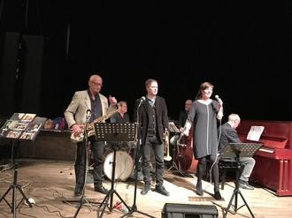 Fr vänster: Per Norlén, tenorsax, Jesper Kviberg, trummor, Johan Setterlind, trumpet, Hasse Larsson, bas, Carin Lundin, sång och Bosse Larsson, piano.