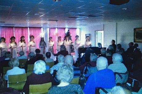 """Lucia med tärnor från Centrumkyrkan besöker äldreboende. """"Dom här söta ungdomarna sjunger så vackert att ögonen tåras. Dom är verkligen en ljusglimt i decembermörkret. Det känns varmt i hjärtat när man märker hur uppskattat detta är bland de boende"""", säger Ronny Westberg."""