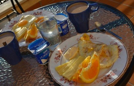 Stekt ägg, cheddarost, majonnäs, lite apelsin, yoghurt, kaffe med gräddmjölk