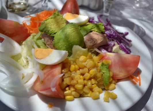 Tonfisk, ägg, avokado, tomater, lök, sallad...