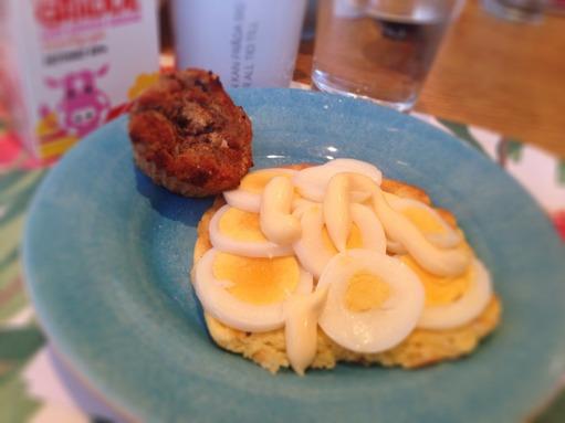 Ostbröd med 1 ägg och majonnäs. 1/2 muffin. En kopp kaffe med lite grädde. Mätt!!!
