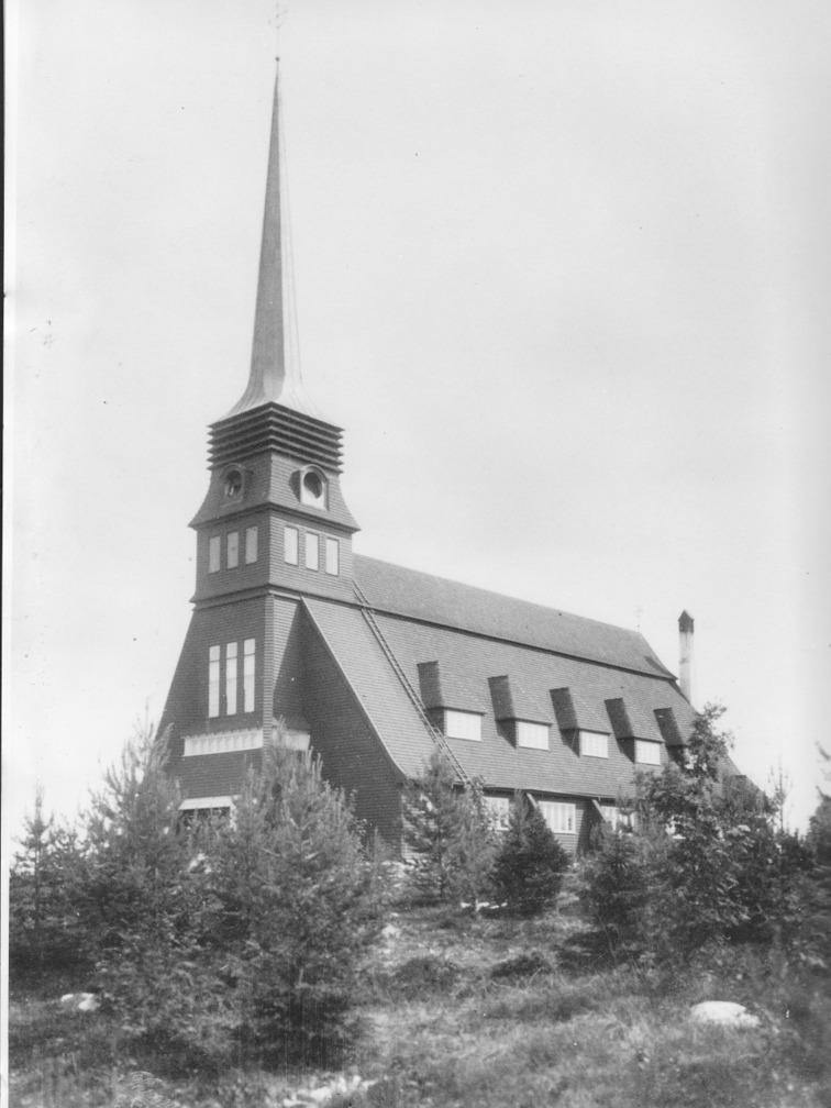 Kyrkan invigdes 1913. Ett åskoväder ödelade kyrkan 1963