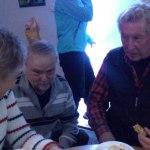 Våra nya revisorer Mayvor och Leif pratar med Kenneth