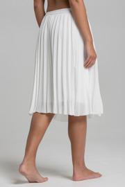 REA Ajlajk Plisserad vit kjol