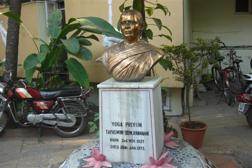 Minnesbyst rest för BKS Iyengars fru Ramamani