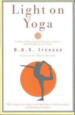 BKS Iyengars mest kända bok är Light on Yoga. Utgiven 1966