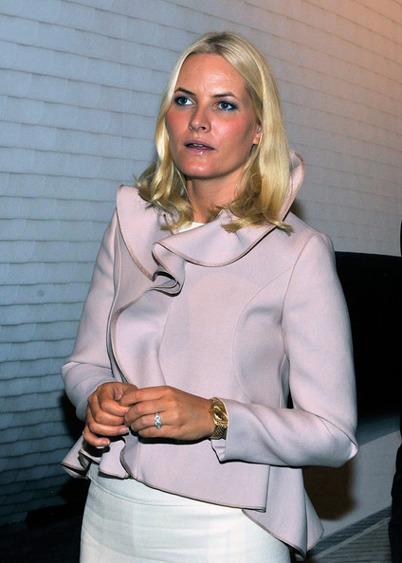 Mette-Marit i rosabeige jacka design Valentino.