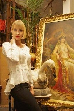 Lady Mary i vit mönstrad siden med skört och pärlknappar